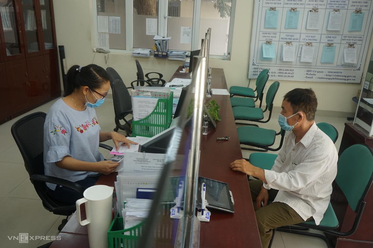 Bộ phận một cửa phường Vĩnh Trung giải quyết thủ tục hành chính bình thường cho người dân. Ảnh: Gia Chính.