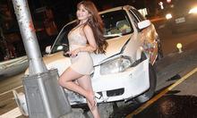 Nữ MC tạo dáng chụp ảnh sau tai nạn ôtô
