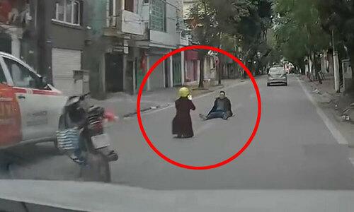 Cô gái nổi cáu vì bị nhắc nhở dừng xe giữa đường - 1