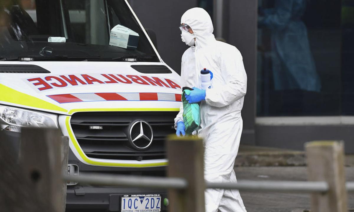 Xe cứu thương đỗ bên ngoài một trong 9 tòa nhà bị phong tỏa do Covid-19 ở Melbourne, Australia hôm 6/7. Ảnh: AFP.