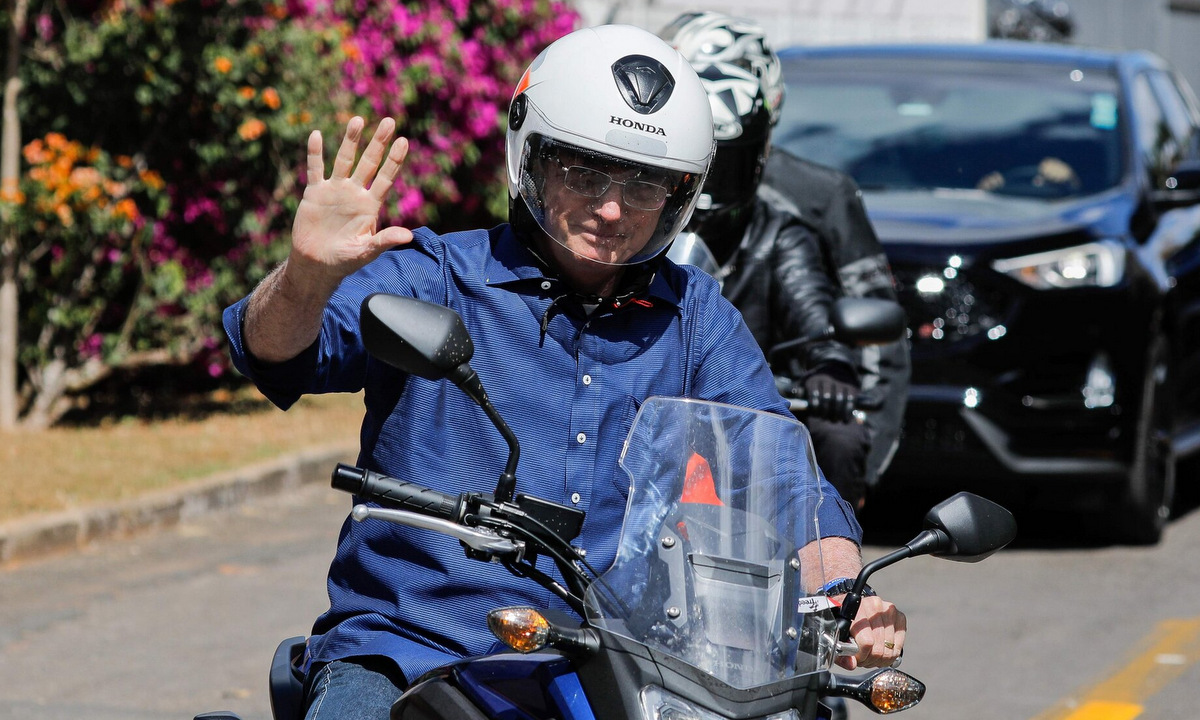 Bolsonaro lái xe máy bên ngoài Điện Alvorada hôm 25/7. Ảnh: AFP.