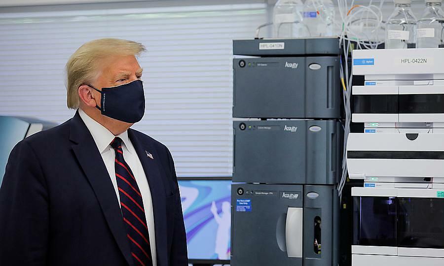 Trump đeo khẩu trang khi thăm Trung tâm đổi mới công nghệ sinh học Fujifilm Diosynth ở Morrisville, bang Bắc Carolina, ngày 27/7. Ảnh: Reuters.