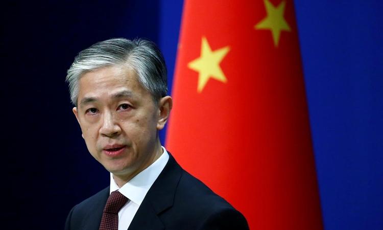 Phát ngôn viên Bộ Ngoại giao Trung Quốc Vương Văn Bân tại cuộc họp báo ở Bắc Kinh hôm 27/7. Ảnh: Reuters.