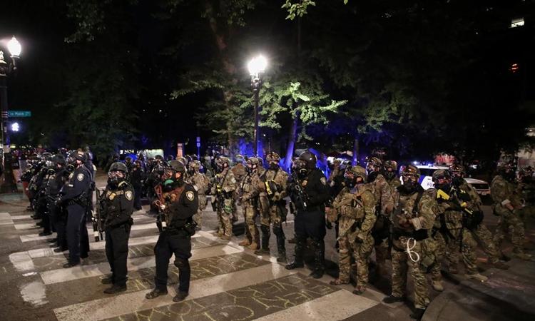 Lực lượng liên bang ngăn một đoạn đường sau khi đẩy người biểu tình ra khỏi khu vực ở thành phố Portland, bang Oregon, Mỹ, hôm 27/7. Ảnh: Reuters.