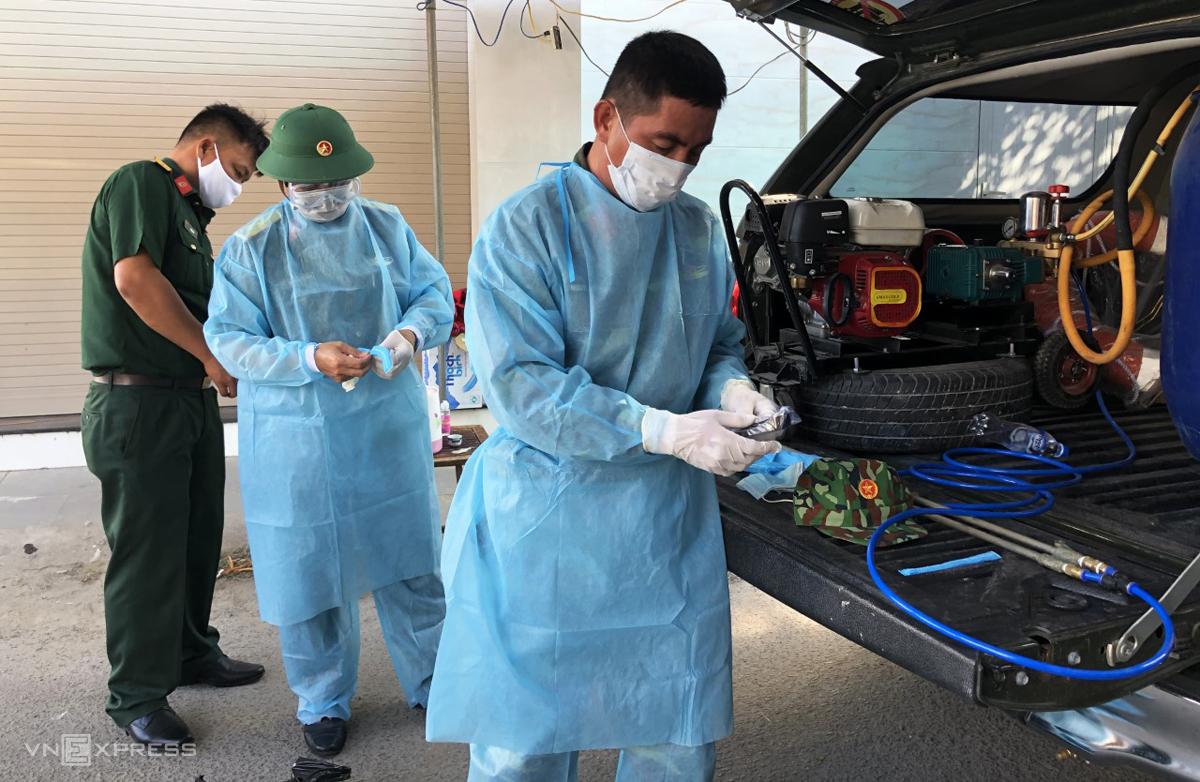 Lực lượng chức năng chuẩn bị phun thuốc khử trùng tổ dân phố, nơi bệnh nhân 419 ở. Ảnh: Linh Phạm.