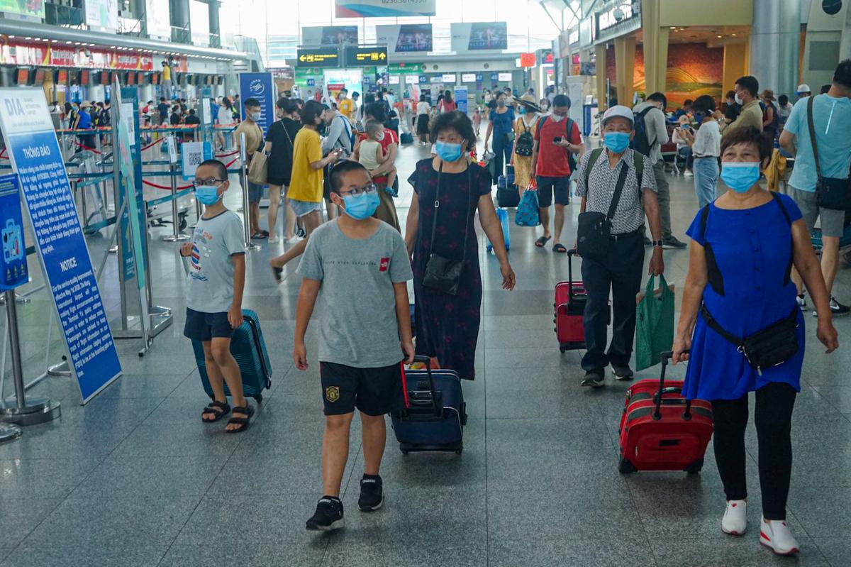 Những hành khách cuối cùng rời sân bay Đà Nẵng chiều 27/7. Ảnh: Gia Chính