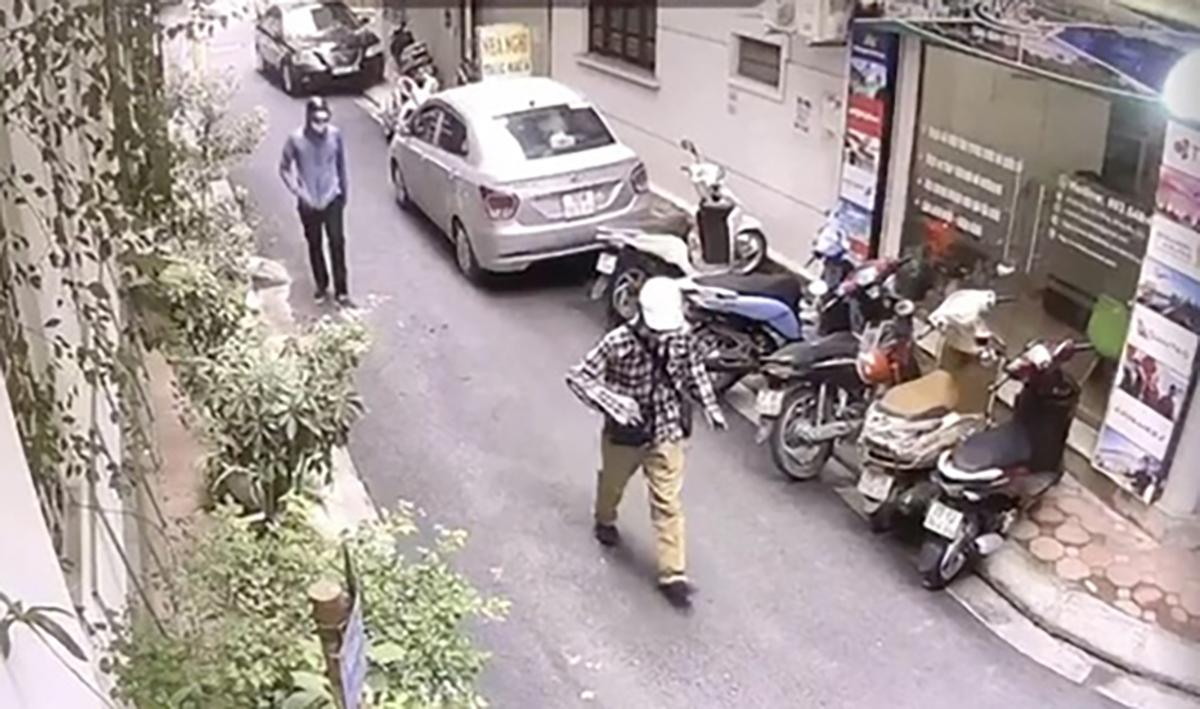 Ngọc và Mạnh đi bộ vào ngân hàng bị camera an ninh ghi lại. Ảnh: Công an cung cấp.