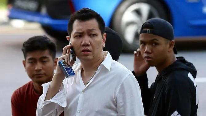 Lee Cheng Yan (áo trắng) bên ngoài tòa án vào tháng 10/2019. Ảnh: Today.