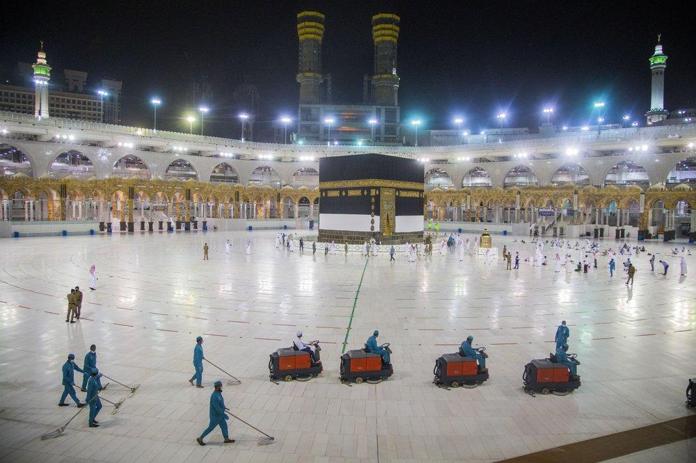 Các nhân viên vệ sinh khử trùng khu vực trung tâm thánh đường tại Mecca hôm 27/7. Ảnh: Saudi Ministry of Media/AP