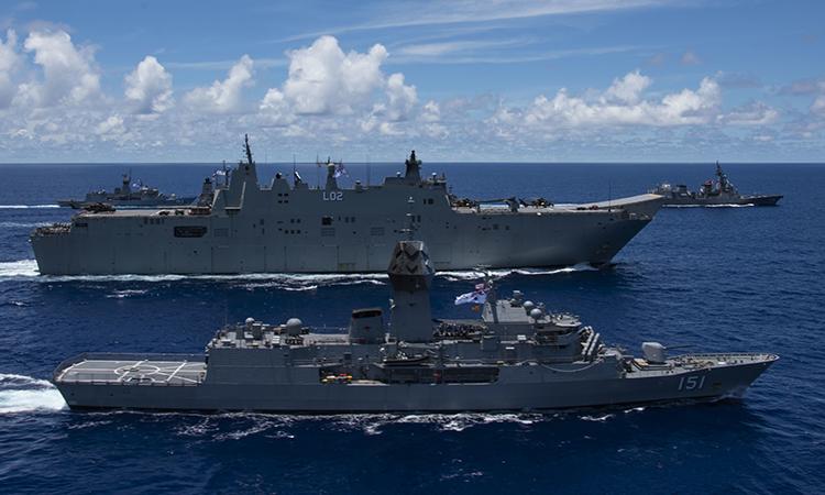 Hộ vệ hạm HMAS Arunta (trước), tàu sân bay trực thăng HMAS Canberra (giữa) của Australia và khu trục hạm Teruzuki của Nhật Bản diễn tập tại Biển Philippines, ngày 21/7. Ảnh: US Navy.