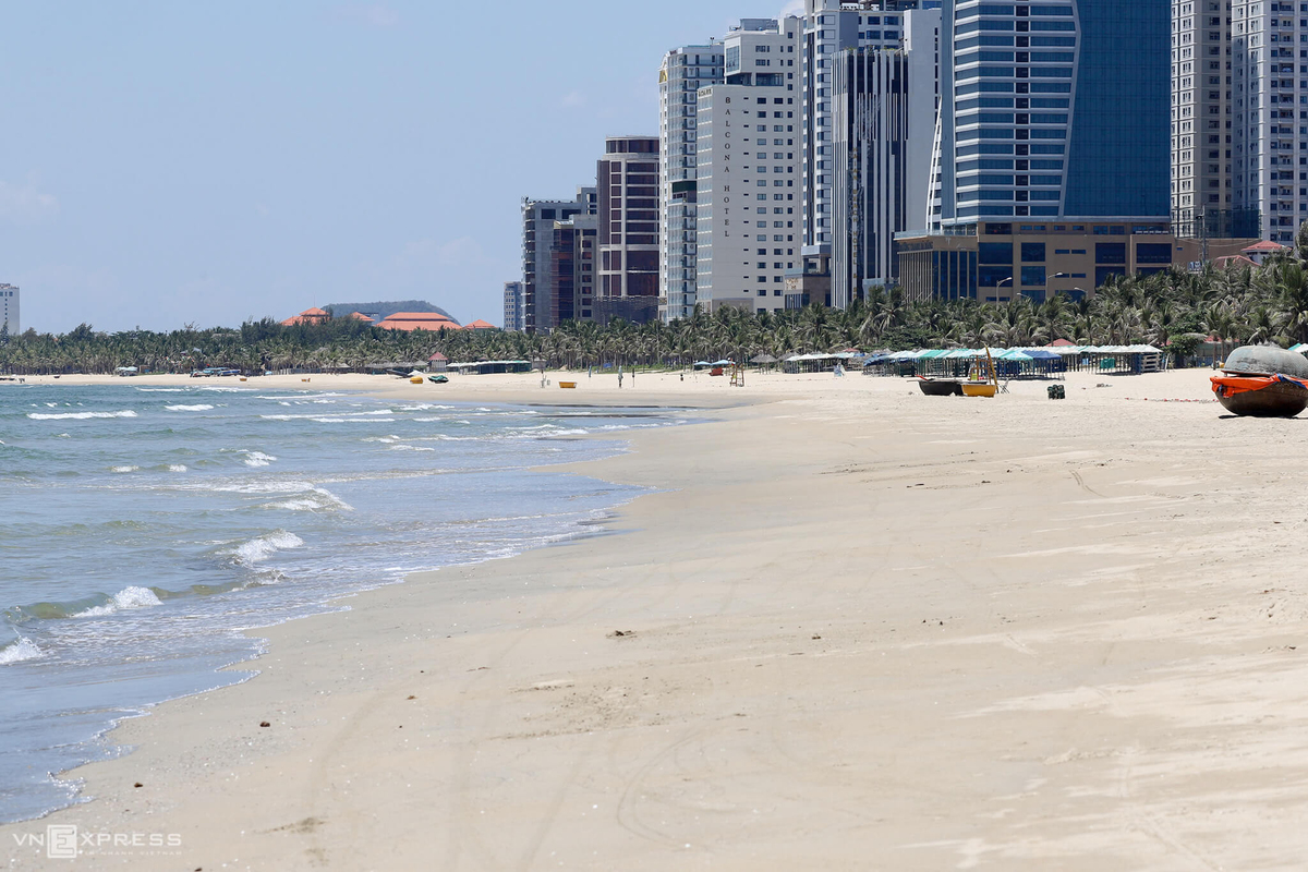 Bãi biển Đà Nẵng vắng người sau khi cách ly toàn thành phố, từ 28/7. Ảnh: Nguyễn Đông