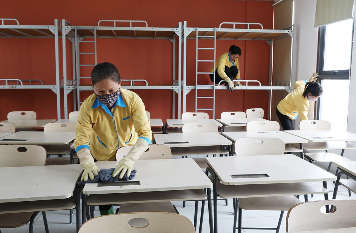 Nhân viên trường Marie Curie tổng vệ sinh hồi cuối tháng 2. Ảnh: Ngọc Thành.
