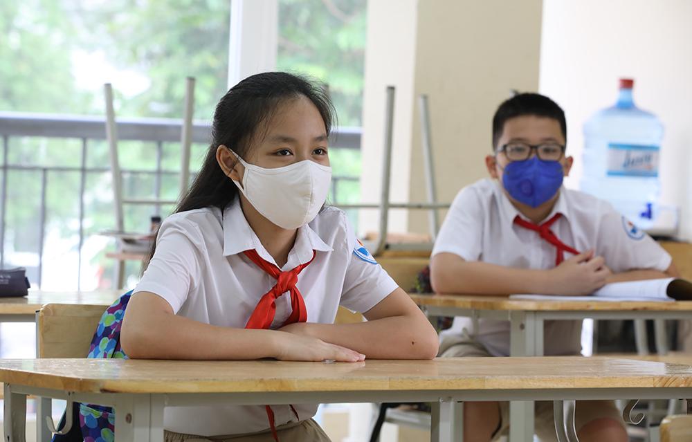 Giáo viên và học sinh được khuyến cáo đeo khẩu trang, rửa tay sát khuẩn... khi đến trường hoặc nơi công cộng. Ảnh: Ngọc Thành.