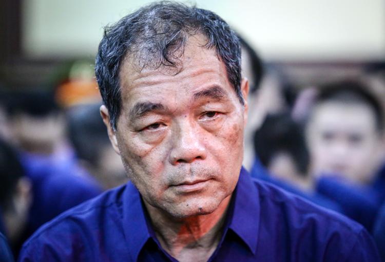 Do sức khỏe không tốt, ông Bê được chăm sóc y tế trong suốt thời gian phiên tòa diễn ra. Ảnh: Thành Nguyễn.