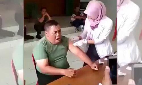 Biểu cảm hài hước của em bé khi bị tiêm - 2