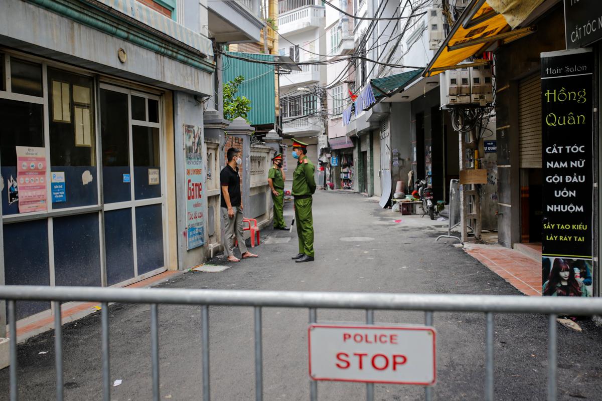 Công an phường Mễ Trì dựng rào chắn ở một đoạn ngõ 230 Mễ Trì Thượng. Ảnh: Tất Định