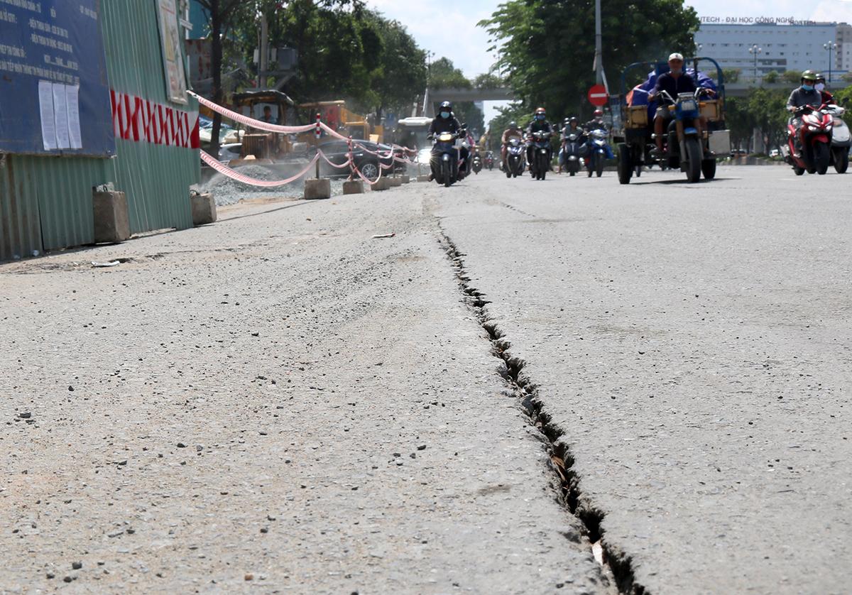 Mặt đường Điện Biên Phủ (đoạn qua gói thầu số 6 thuộc dự án sửa đường Nguyễn Hữu Cảnh) có vết nứt dài khoảng 50 m, trưa 29/7. Ảnh: Hạ Giang.