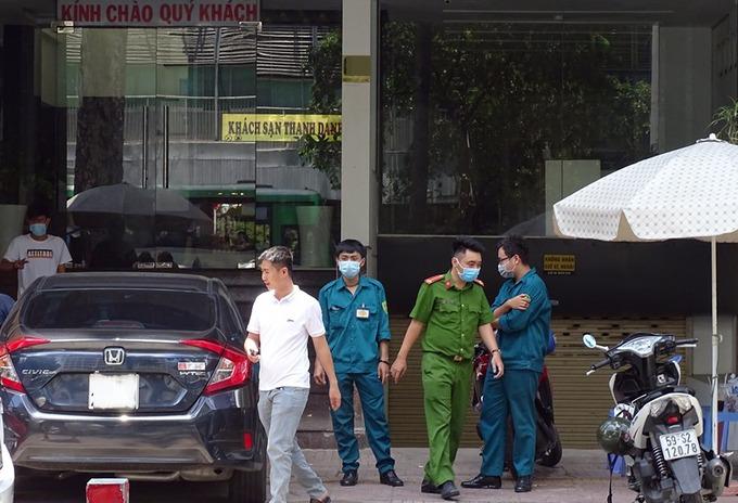 Công an, dân quân chốt chặn trước khách sạn trưa 29/7. Ảnh: Hà An.