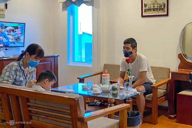 Khách đang lưu trú tại khách sạn A25. Ảnh:Phan Quỳnh.