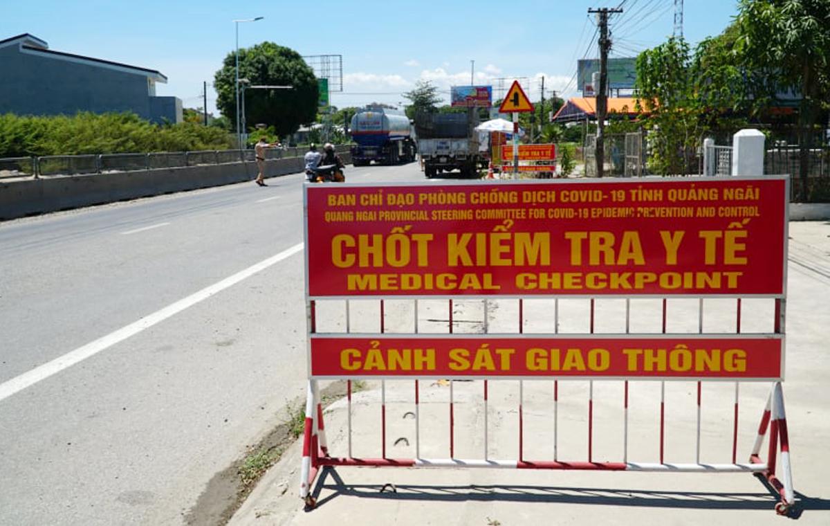 Chốt kiểm tra y tế ở cửa ngõ phía Bắc Quảng Ngãi, giáp tỉnh Quảng Nam, sáng 29/7. Ảnh: Phạm Linh.