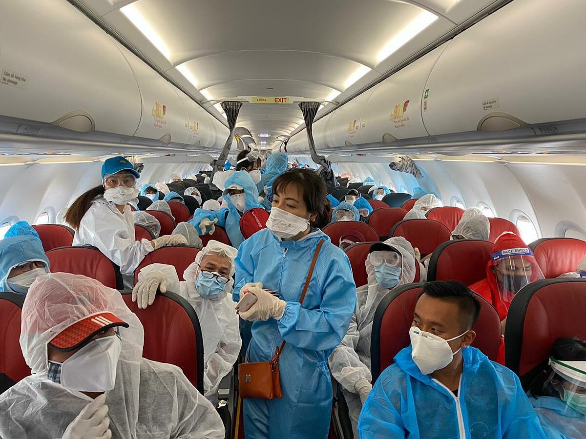 Công dân Việt Nam trên chuyến bay hồi hương từ Indonesia ngày 29/7. Ảnh: BNG.