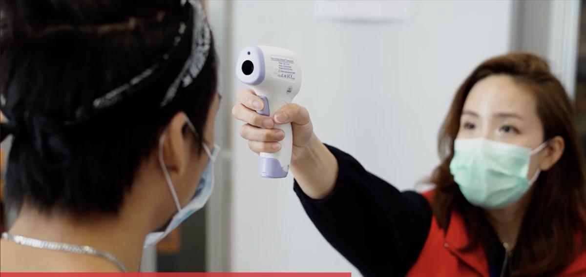 Thí sinh được kiểm tra nhiệt độ trước buổi thi.