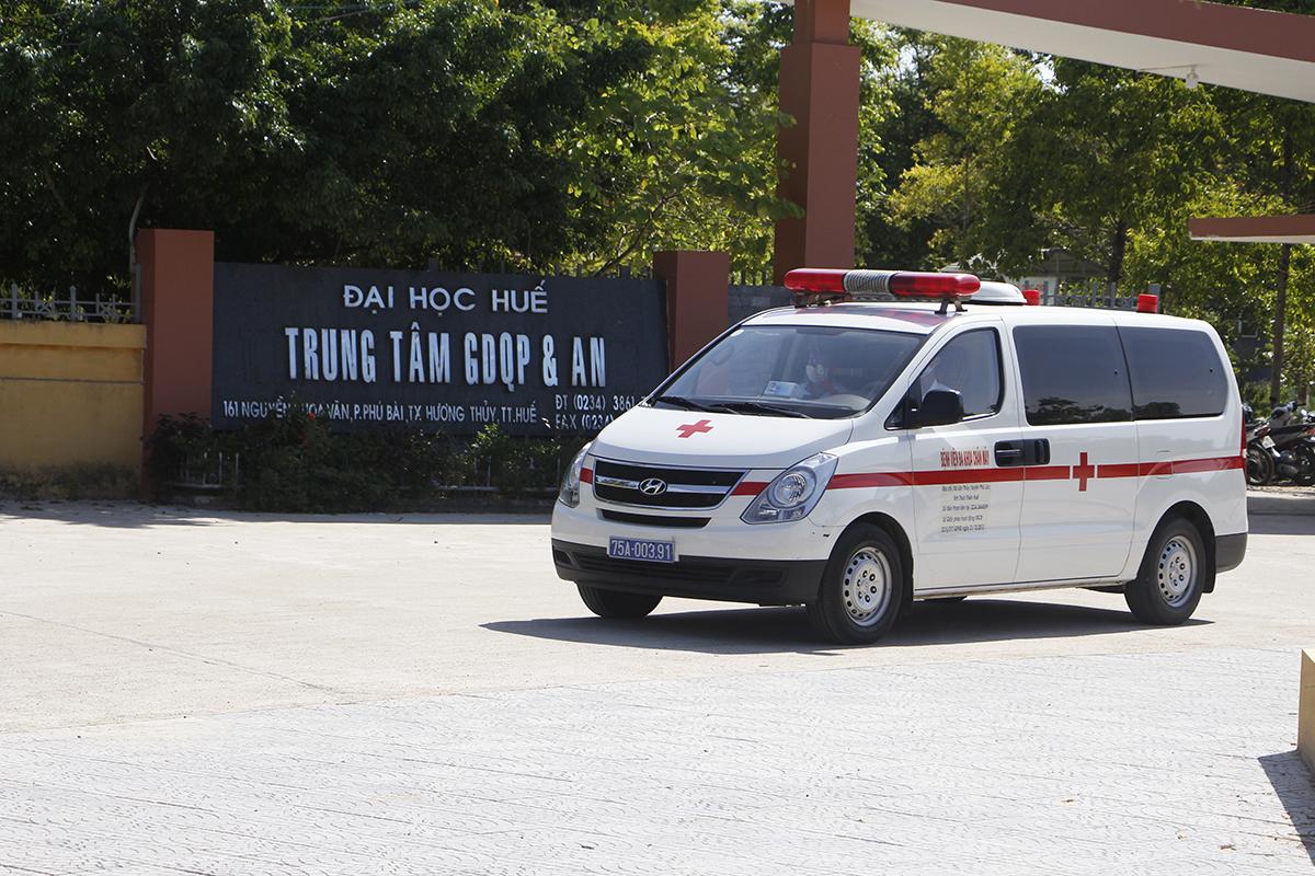 Xe cấp cứu rời khỏi Trung tâm giáo dục quốc phòng sau khi chở bác sĩ vào lấy mẫu xết nghiệm. Ảnh: Võ Thạnh