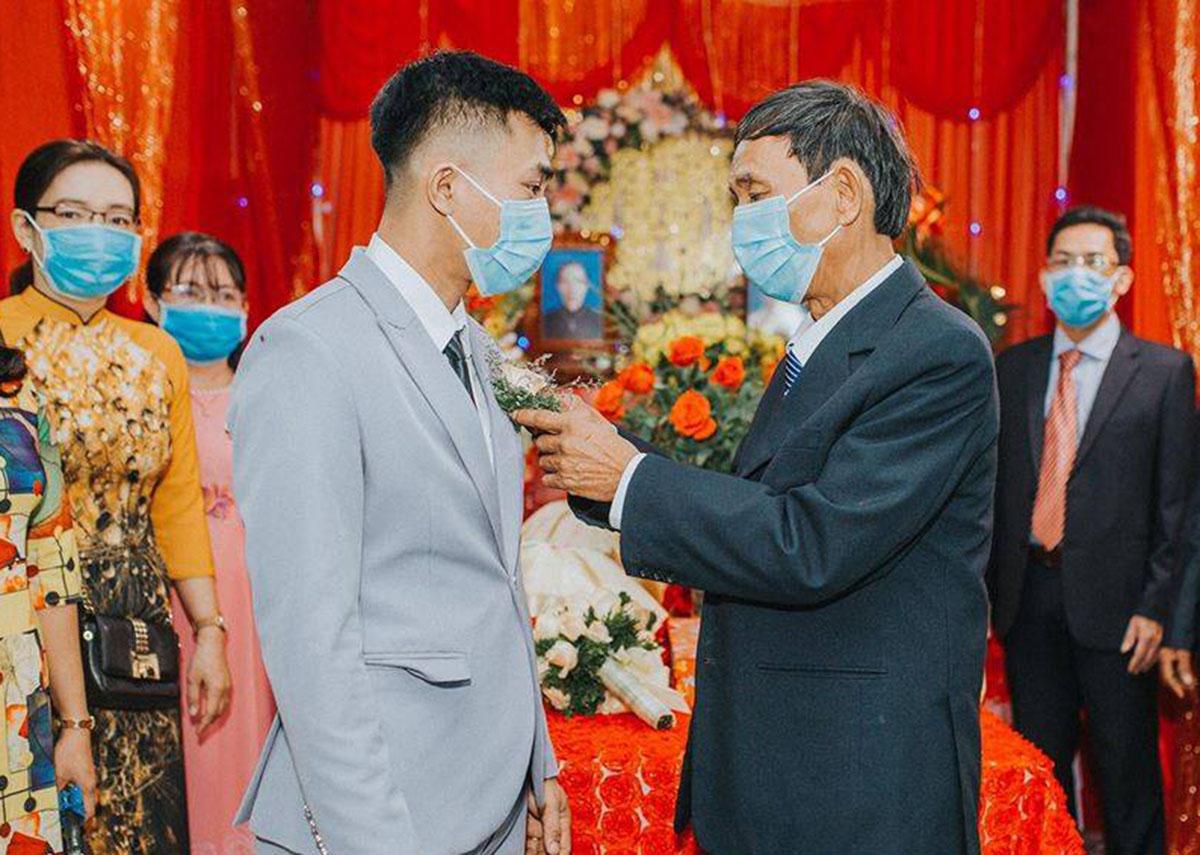 Đám cưới của anh Thạch và chị Nguyên diễn ra gọn nhẹ, chỉ có 30 người dự, đều mang khẩu trang. Ảnh: Bích Ngân.