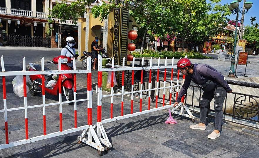 TP Hội An dựng hàng rào phong tỏa đường ra vào khu phố nơi cư trú của bệnh nhân 428, sáng 30/7. Ảnh: Đắc Thành.