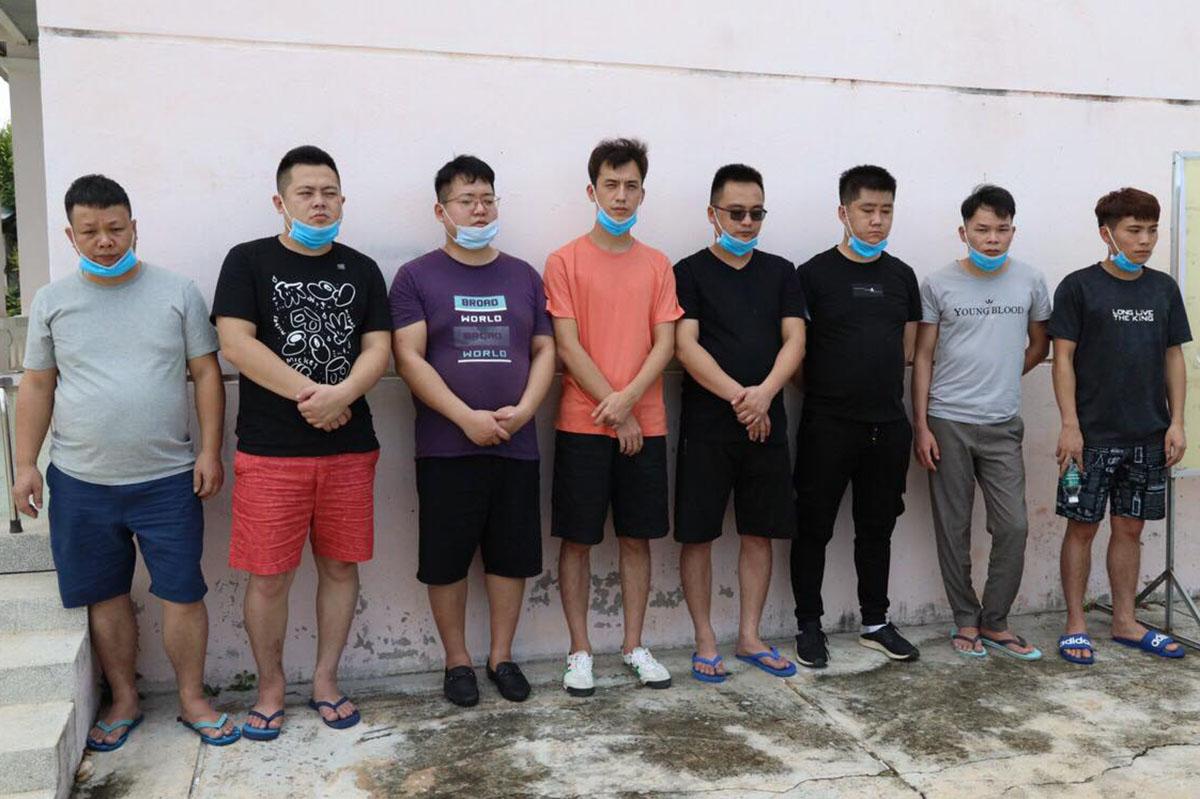 8 người Trung Quốc bị phát hiện ở Tây Ninh hiện được đưa vào khu vực cách ly. Ảnh: Tuyết Nhung.