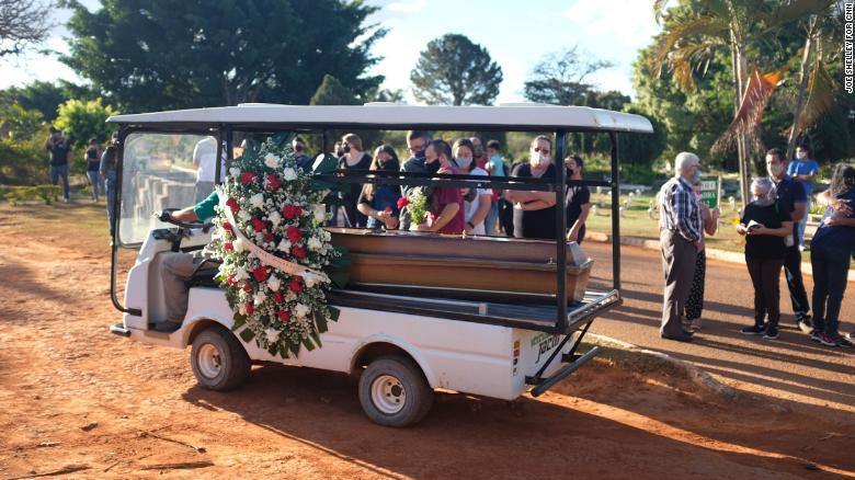 Gia đình Jonas Mendonça tại lễ mai táng ở Brasilia ngày 29/7. Ảnh: CNN.