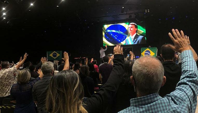 Giáo dân ở nhà thờ Nucléo de Fé cầu nguyện cho Tổng thống Jair Bolsonaro trong tuần này. Ảnh: CNN.