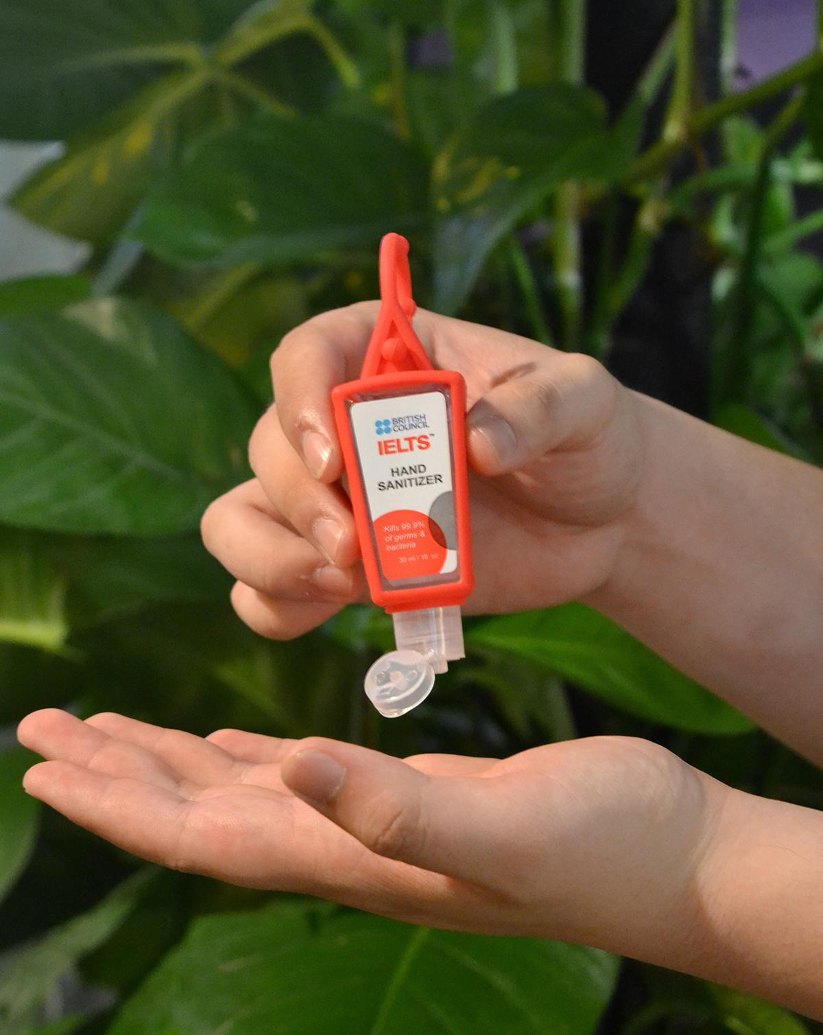 Thí sinh được tặng nước rửa tay sát khuẩn trong ngày thi.
