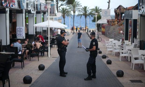 Cảnh sát tuần tra khu nghỉ dưỡng Magaluf trên đảo Mallorca, Tây Ban Nha hồi đầu tháng, sau khi các quán bar bị đóng cửa. Ảnh: AP