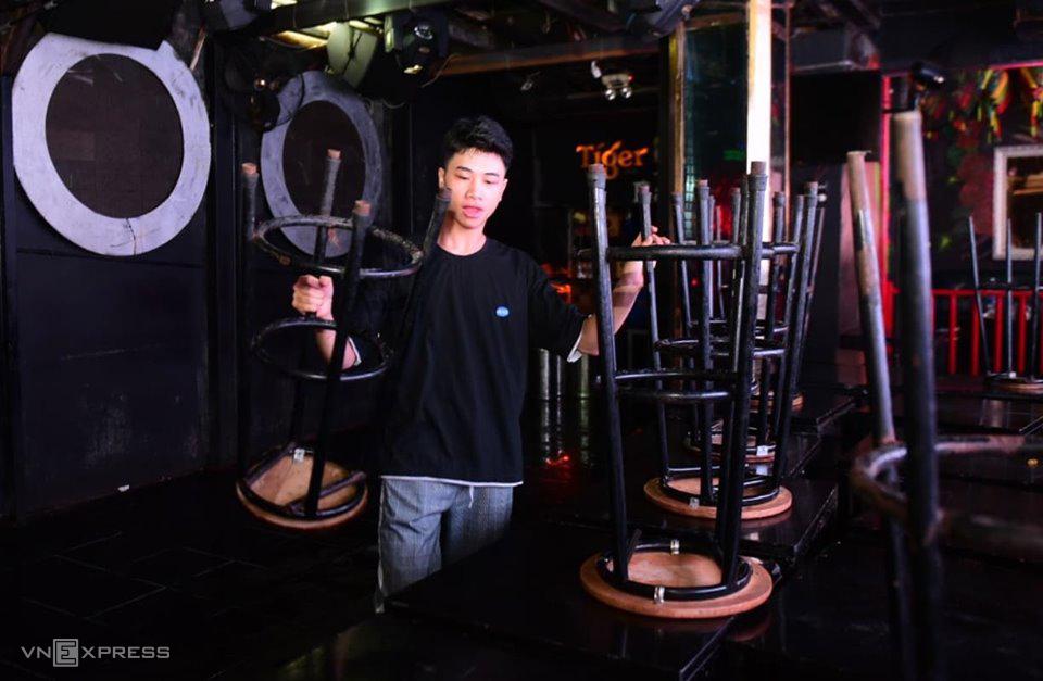 Nhân viên quán bar ổ Bùi Viện dọn dẹp quán tối 30/7. Ảnh: Quỳnh Trần.