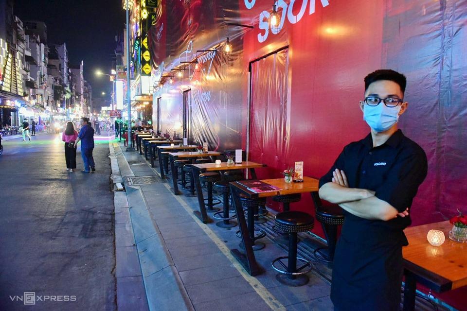 Nhiều hàng quán khác ở phố Bùi Viện (quận 1) vẫn mở cửa tối trước khi tạm dừng nhưng tình trạng rất vắng vẻ. Ảnh: Quỳnh Trần.