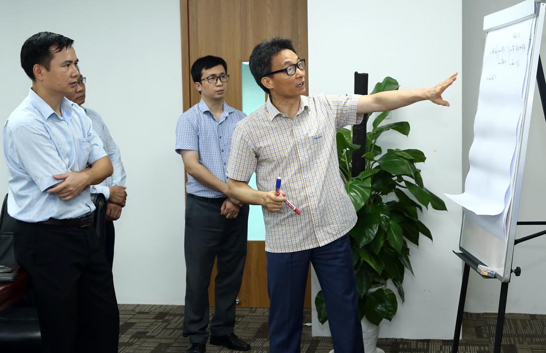 Phó thủ tướng Vũ Đức Đam trao đổi với nhóm chuyên gia. Ảnh: Đình Nam