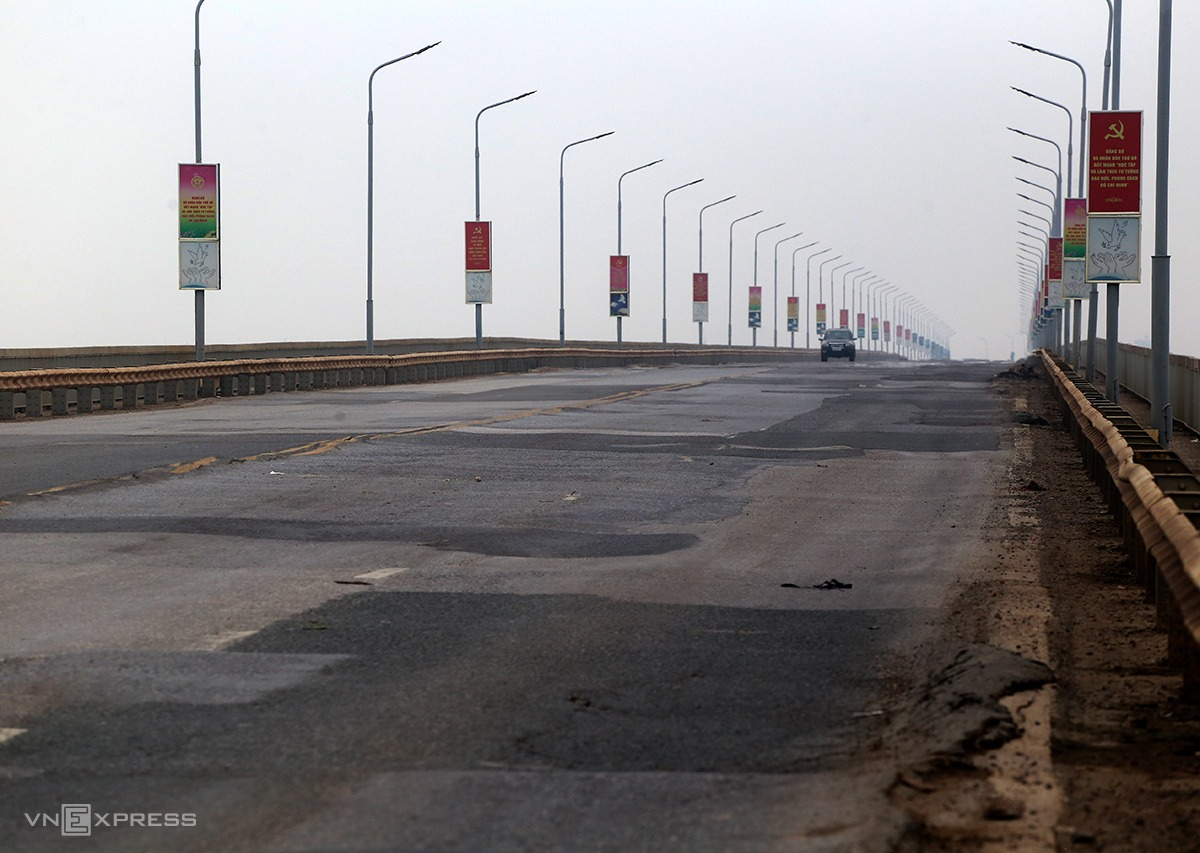 Cầu Thăng Long sắp được sửa chữa tổng thể. Ảnh: Phương Sơn.