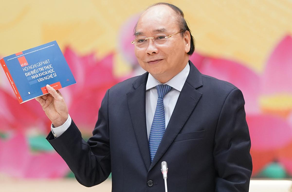 Thủ tướng Nguyễn Xuân Phúc tại cuộc gặp 200 trí thức, nhà khoc học, văn nghệ sĩ chiều 30/7. Ảnh: Quang Hiếu