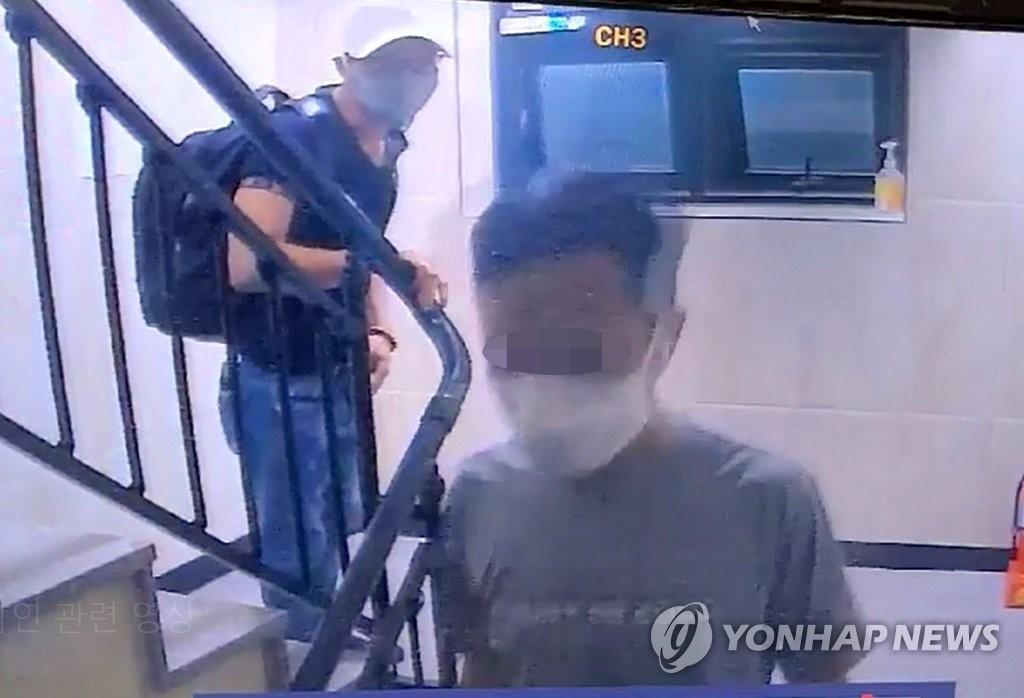 Hình ảnh hai trong số 3 người Việt trốn cách ly ở tỉnh Gyeonggi. Ảnh: Yonhap