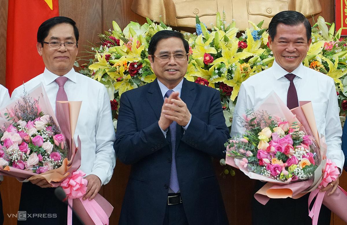 Ông Phạm Minh Chính (giữa) tặng hoa chúc mừng ông Phạm Viết Thanh (trái) và ông Nguyễn Hồng Lĩnh. Ảnh: Trường Hà.