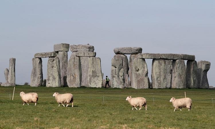 Bãi đá Stonehenge được xây từ những khối đá đồ sộ. Ảnh: CNN.