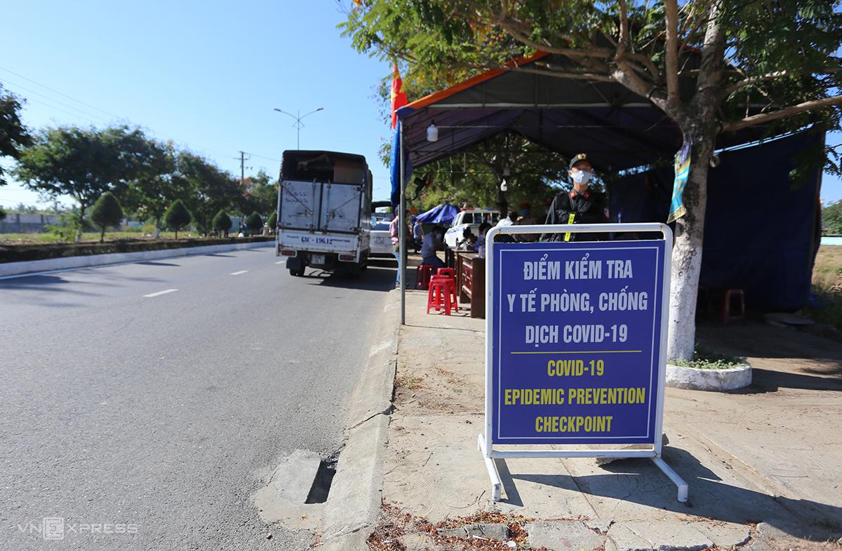 Chốt kiểm soát số 1 trên đường ĐT 603B, phường Điện Ngọc, thị xã Điện Bàn kiểm soát người Đà Nẵng vào. Ảnh: Đắc Thành.