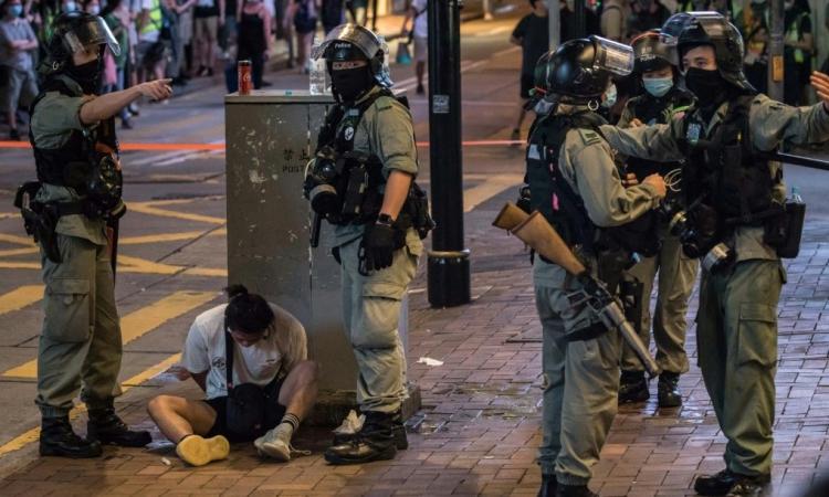 Cảnh sát Hong Kong bắt một người biểu tình hôm 1/7. Ảnh: AFP.
