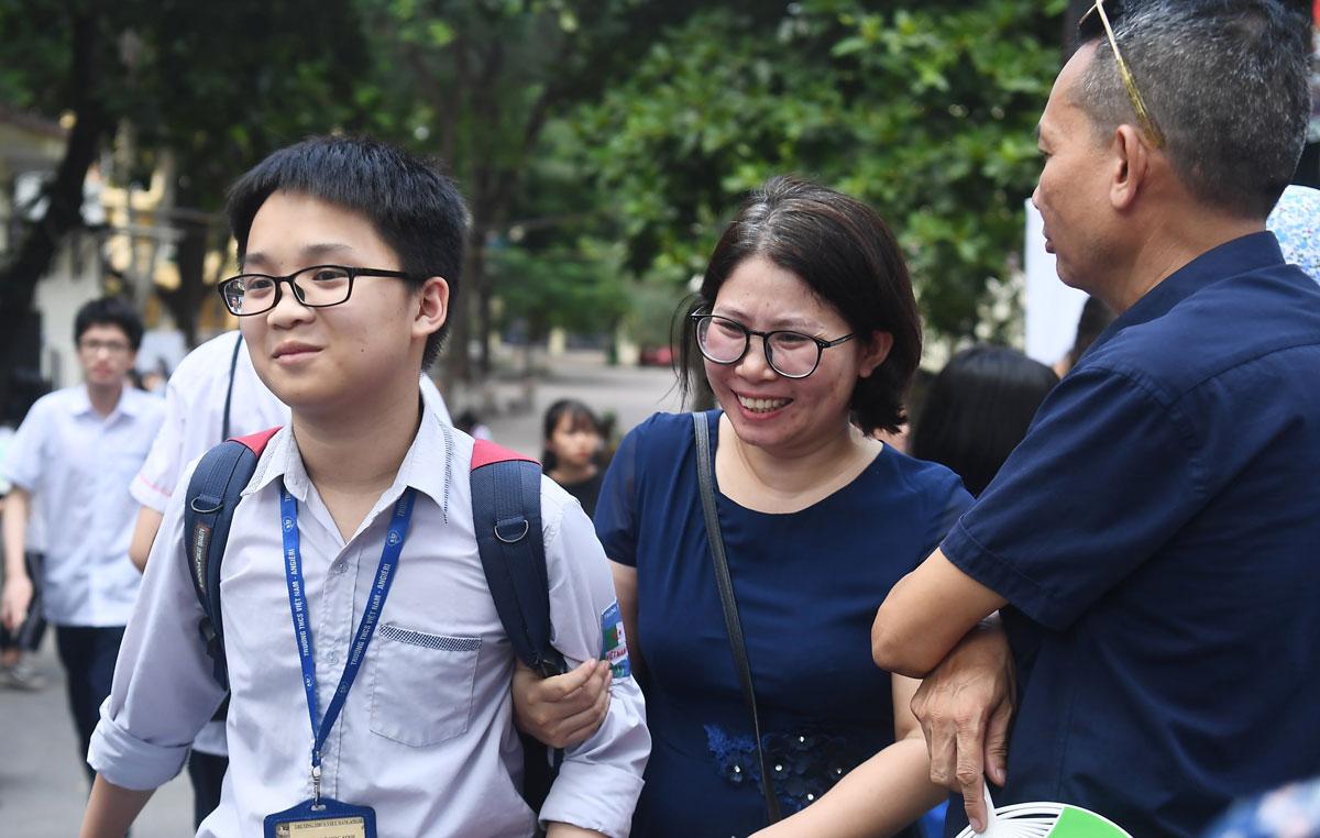 Niềm vui của hai mẹ con khi con làm được bài thi vào lớp 10, ngày 17/7. Ảnh: Giang Huy.