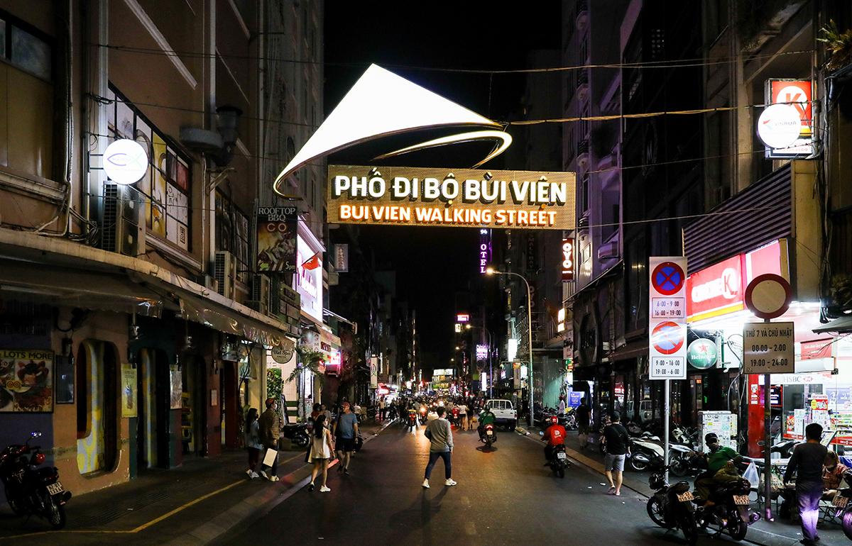 Hàng loạt nhà hàng, quán bar, massage... tại phố đi bộ Bùi Viện đóng cửa hồi tháng 3. Ảnh: Quỳnh Trần.