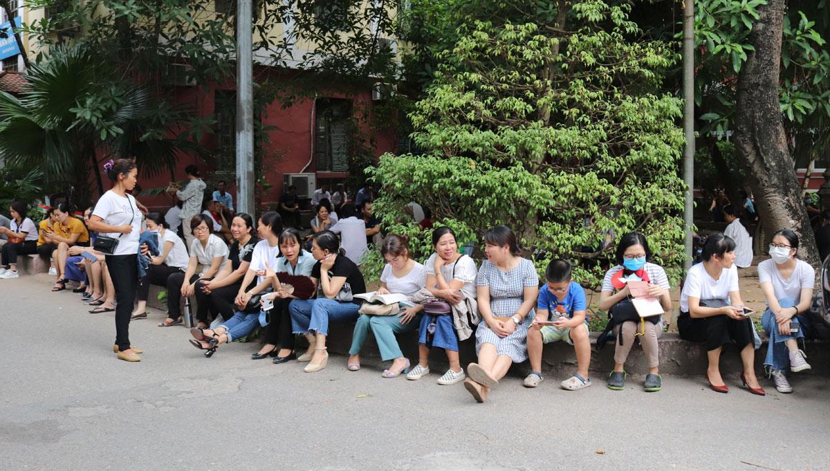 Phụ huynh đưa con đi thi vào trường THPT chuyên Khoa học Tự nhiên sáng 12/7. Ảnh: Nhật Tân.
