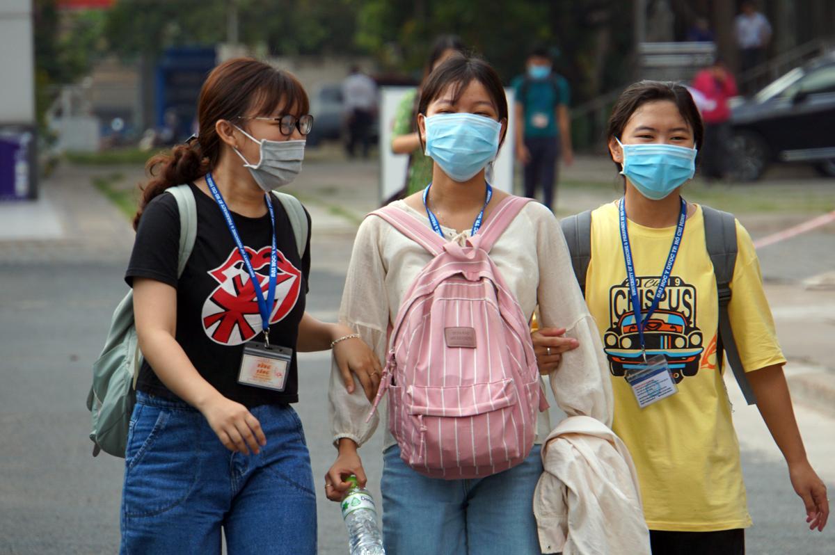 Sinh viên Đại học Y dược TP HCM đeo khẩu trang, đi học trở lại hồi giữa tháng 3/2020. Ảnh: Mạnh Tùng.