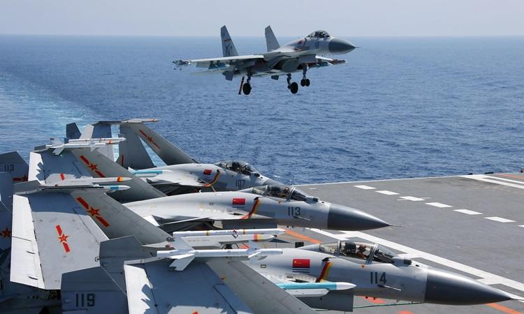 Tiêm kích J-15 của Trung Quốc chuẩn bị hạ cánh xuống tàu sân bay Liêu Ninh trong cuộc tận trận ở Biển Đông hồi tháng 5. Ảnh: Chinamil.