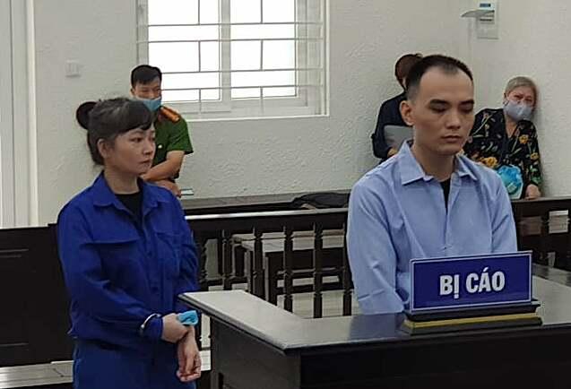 Phan Thuý Hà và người tình kém 20 tuổi, Vũ Ngọc Hùng tại toà ngày 31/7. Ảnh: Nam Anh
